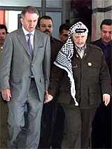Yasir Arafat, her fotografert sammen med FNs spesialutsending Terje Rød Larsen, skal være ved god helse. (Arkivfoto)