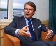 DISPENSASJON: - Den norske regjeringen har lovet EU å ikke diskriminere utlendinger i det norske finansmarkedet. Derfor må regjeringen se bort fra eier-avgrensingsreglene, og la Sampo kjøpe Storebrand, sier Björn Wahlroos.