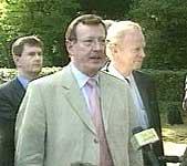 David Trimble vil at IRA skal starte avvæpninga før han godtek ein britisk/irsk fredsplan.