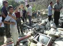 Palestinere i Betlehem sjekker skadene et hus fikk etter å ha blitt truffet av israelske raketter. (Foto: Reuters)