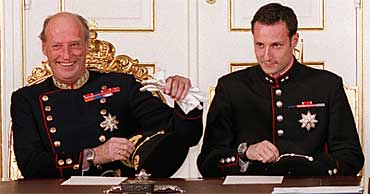 King Harald and Crown Prince Haakon in the Council of State.