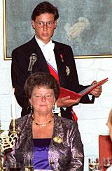 Kronprinsens første offisielle tale da han takker for maten etter Regjeringens middag for ham på Akershus slott. Statsminister Gro Harlem Brundtland i forgrunnen. Foto: Scanpix
