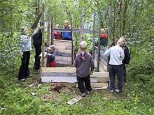 Bygging av hytte er bare en av aktivitetene under barnefestivalen. (foto: Kåfjord Kommune)