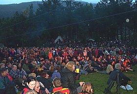 Publikum i stort antall på festivalen fredag kveld. (foto: NRK)