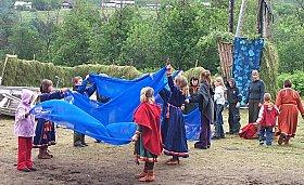 Barn synger og danser (foto: NRK)