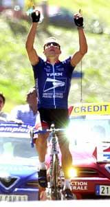 Lance Armstrong kjørte alene over mål etter en forrykende avslutning på en knallhard etappe (Foto: Christophe Ena/AP/Scanpix).