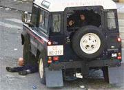 En demonstrant blir overkjørt av politiet etter at han ble skutt. Politimannen som skjøt, er nå siktet for drap. (Foto: Scanpix/Reuters)