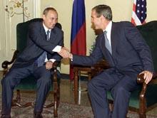 George Bush og Vladimir Putin møttes på tomandshånd for å diskutere nedrustning etter G8-møtet i Genova. (Foto: Scanpix/AFP)