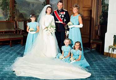 Kronprins Harald og kronprinsesse Sonja med brudepiker fotografert i fugleværelset på Slottet etter vielsen.