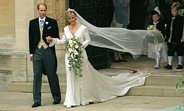 1999: Prins Edward og Sophie Rhys-Jones på vei ut av Westminister Abbey.