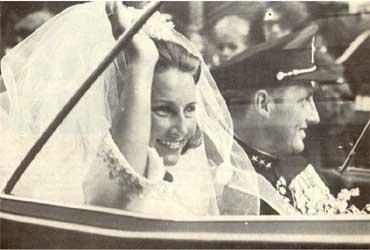 Kronprins Harald og kronprinsesse Sonja i bil. Bryllupet i 1968. Foto: NRK