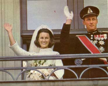Kronprins Harald og kronprinsesse Sonja på Slottsbalkongen. Foto: NRK