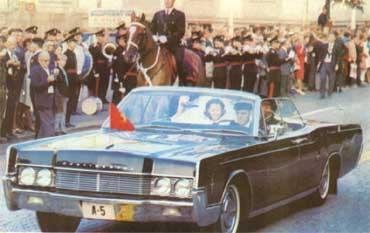 Harald og Sonja i åpen bil. Foto: NRK