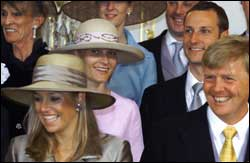 Maxima Zorreguitas og henens forlovede, den nederlandske kronprinsen, Willem Alexander, med Mette-Marit og Haakon bak. Bildet er tatt under bryllupet til Willem-Alexanders bror, prins Constantijn, i Haag i mai.